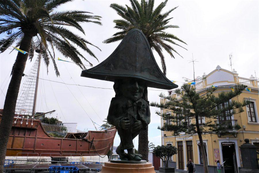 Museo Naval y estatua de la Danza de los Enanos