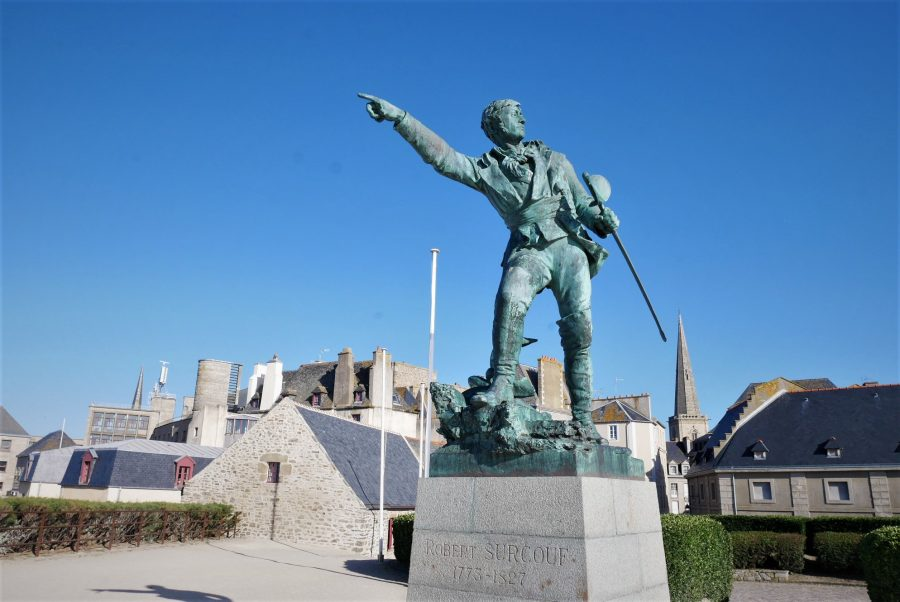 Estatua a Robert Surcouf, el corsario de Saint-Malo