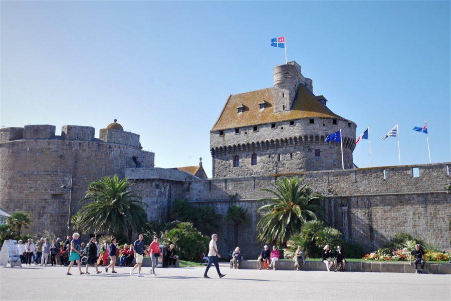 La bandera de Saint-Malo ondea en el castillo