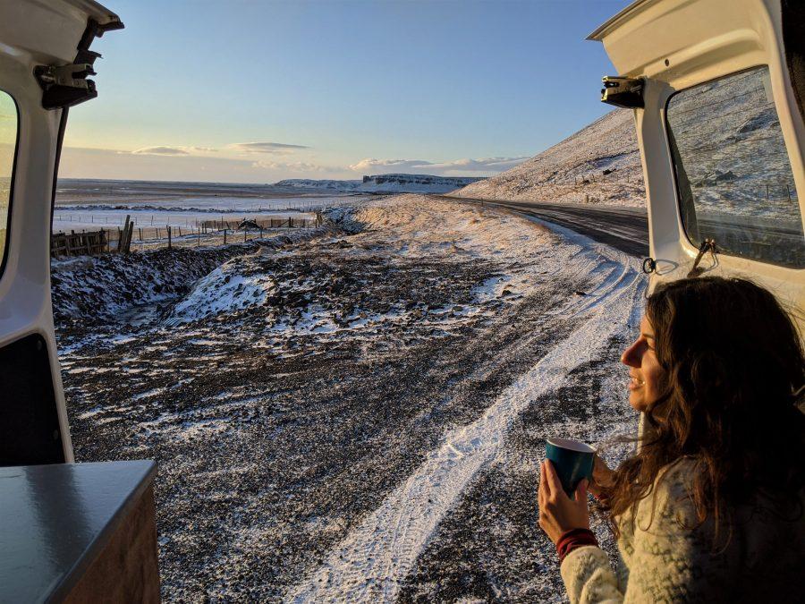 Un café en la nieve, sur de Islandia en furgoneta