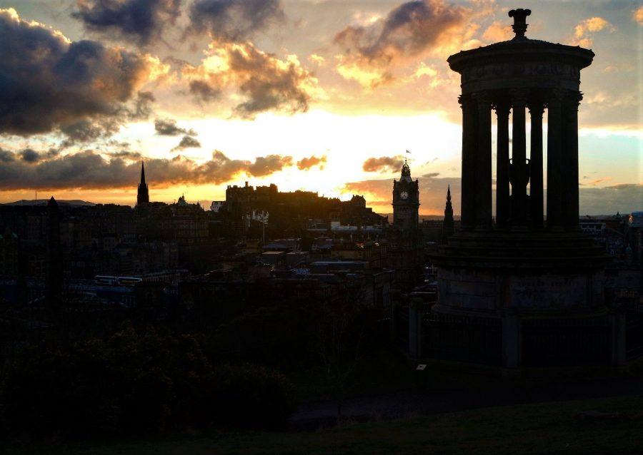 Atardecer en Edimburgo, necesito seguro de viaje para Europa