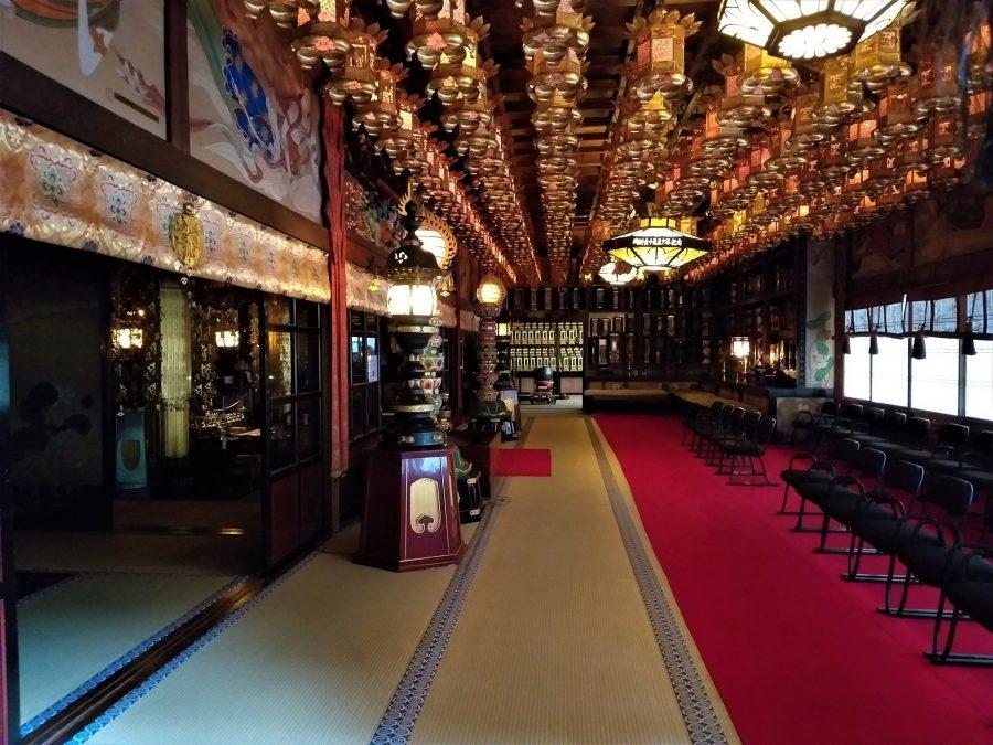 Sala de la ceremonia de los monjes en el monasterio de Koyasan