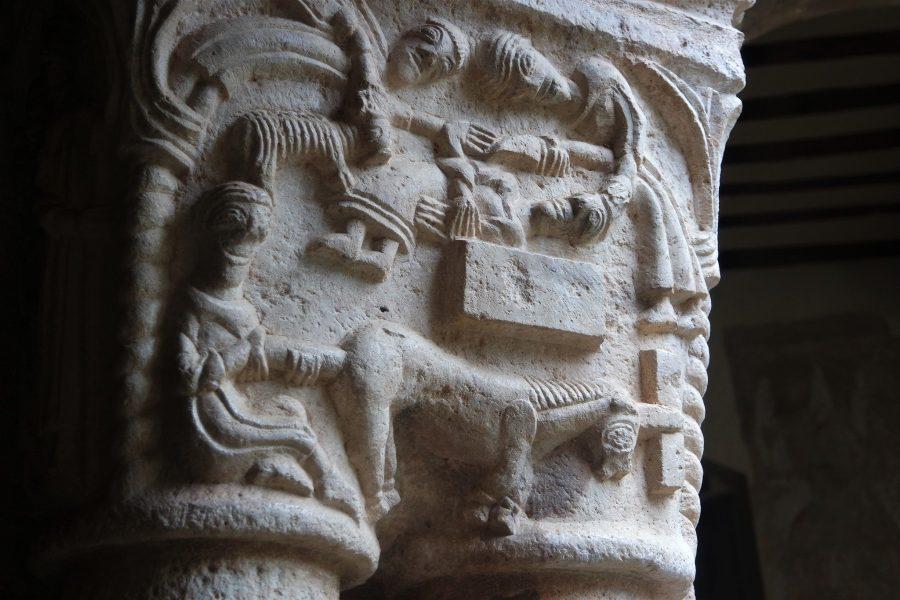 Capitel románico en el Claustro de la Colegiata de Alquézar