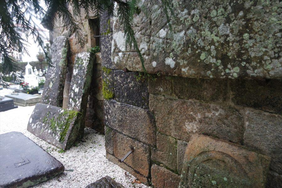 Laudas gremiales en el cementerio de Noia