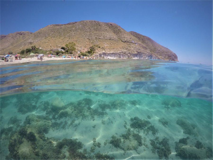 El agua de la cala de San Pedro en Cabo de Gata