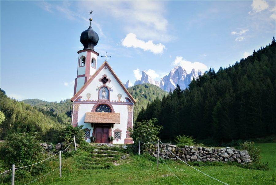 Iglesia de San Giovanni in Rauni, Valle de Funes, Dolomitas