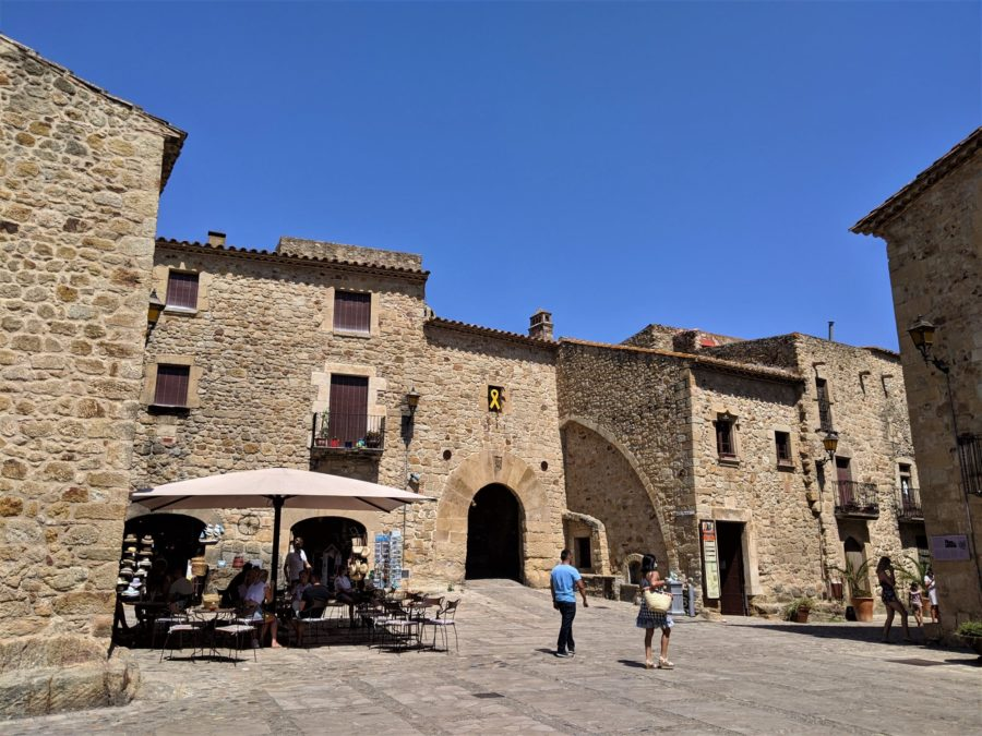 Plaza Mayor, qué ver en Pals, Girona