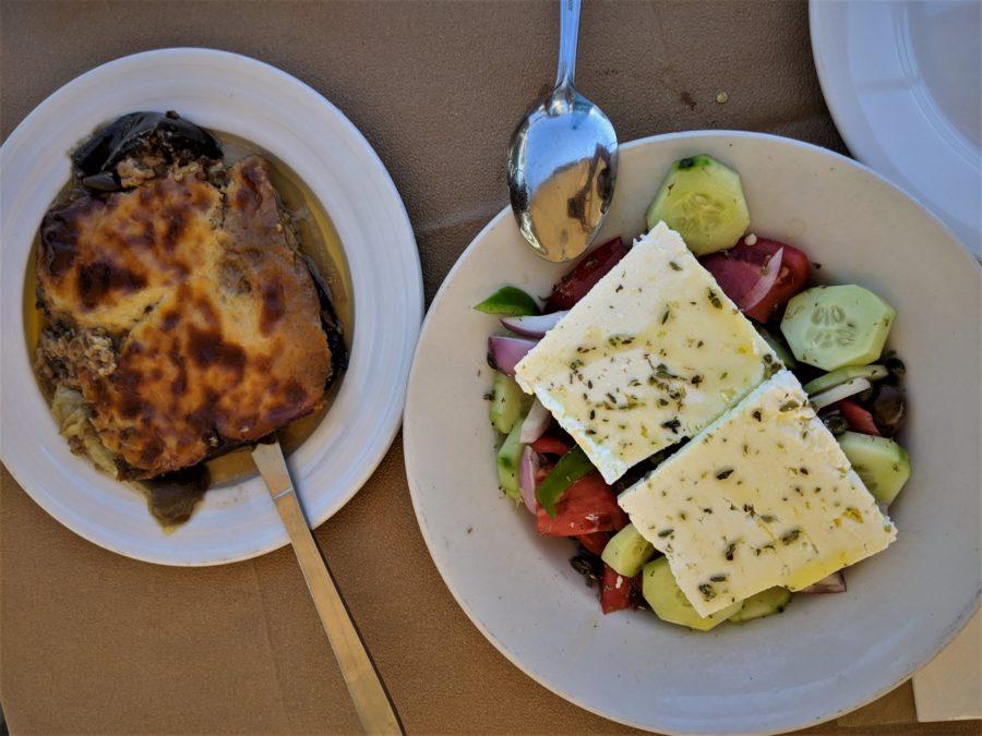 Ensalada griega y moussaka de berenjenas, gastronomía de Grecia