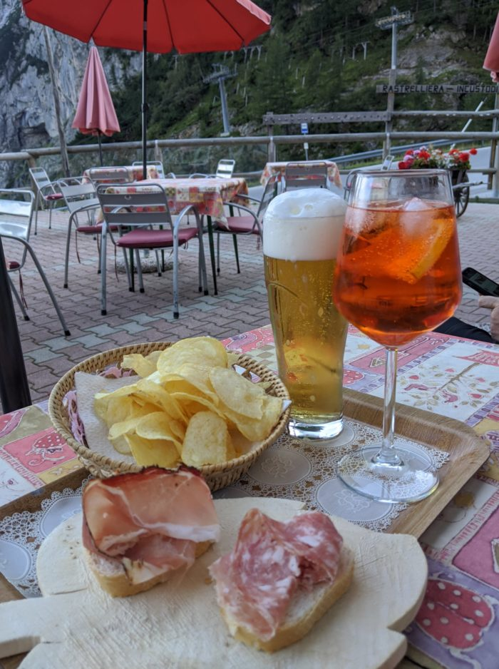 Cerveza y tapas en un refugio de montaña