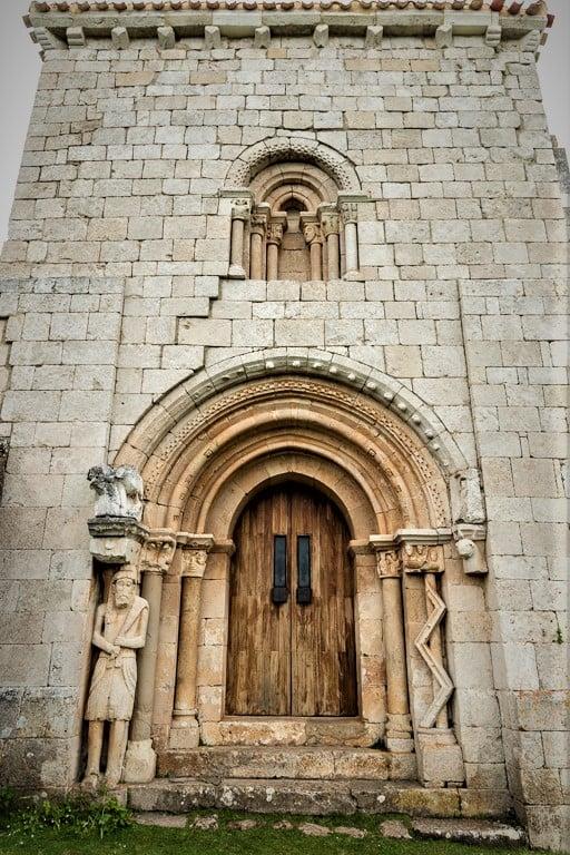 Portada de San Pantaleón de Losa