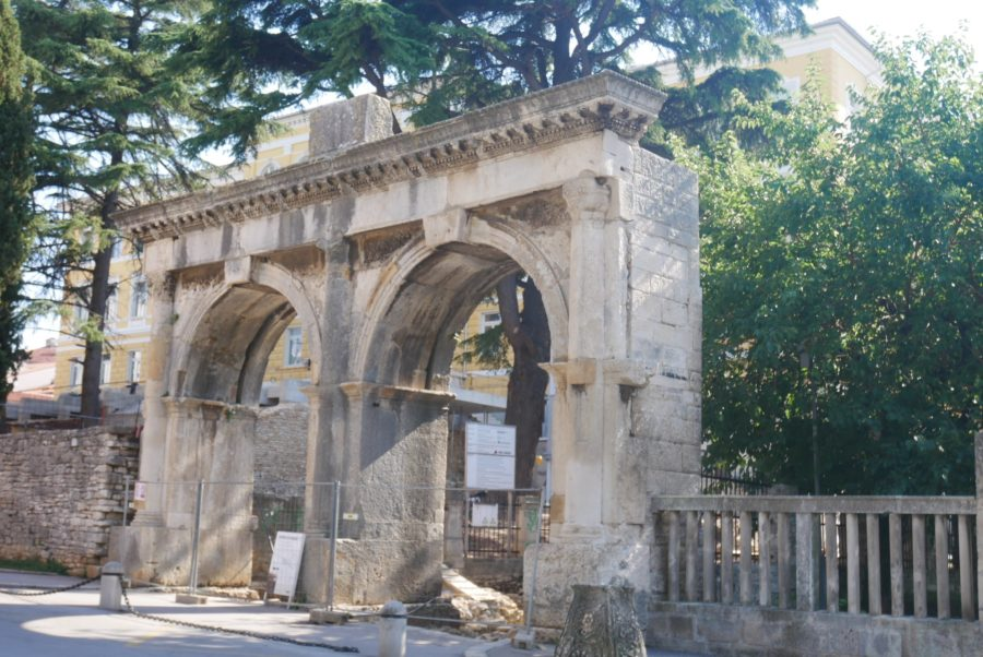 Puertas y resto de antiguo teatro romano en Pula
