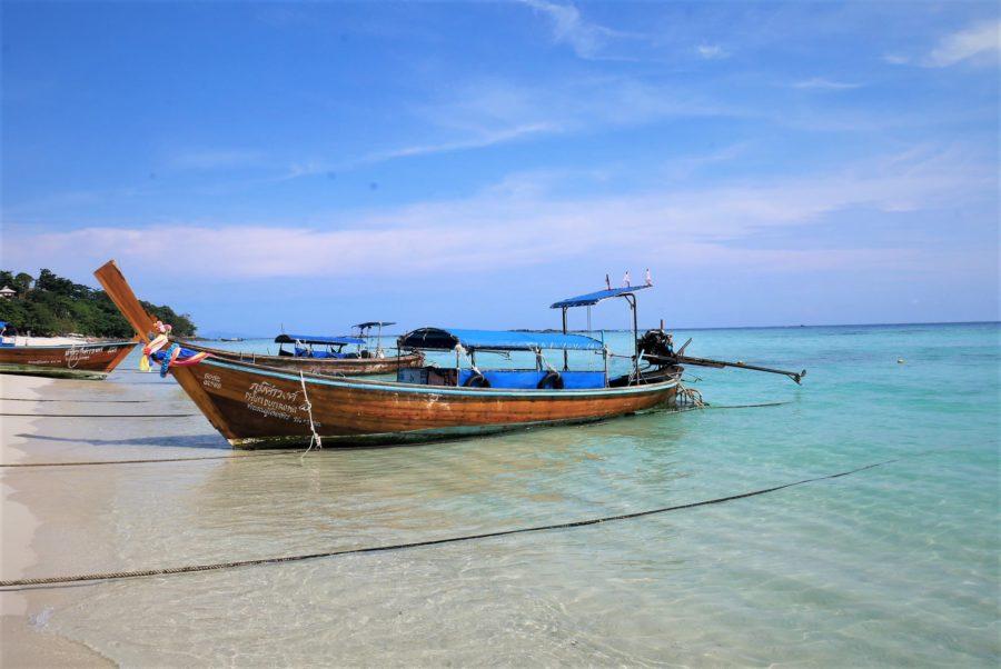 Barcas en las islas Phi Phi de Tailandia