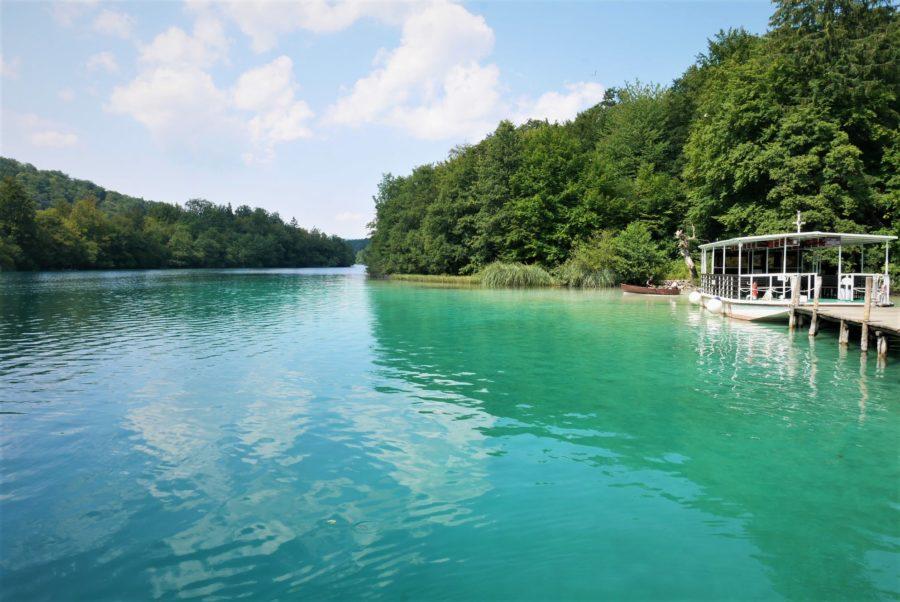 Lago y barco, visitar los lagos de Plitvice en Croacia