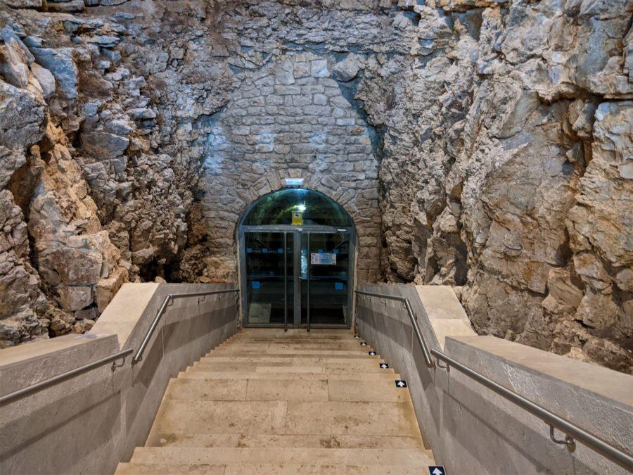 Entrada a la cueva de los Franceses