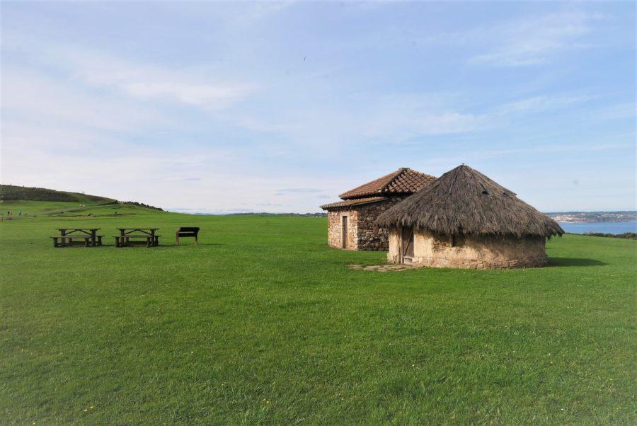 Reproducción de una casa astur y otra romana