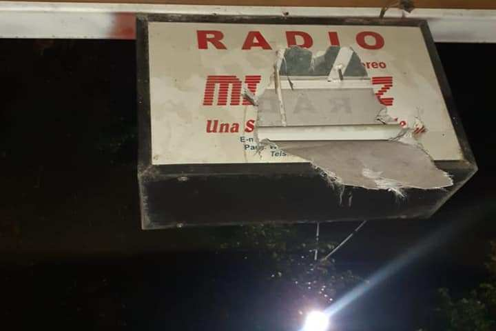 Sujetos desconocidos vandalizan instalaciones de Radio Mi Voz. Cortesía