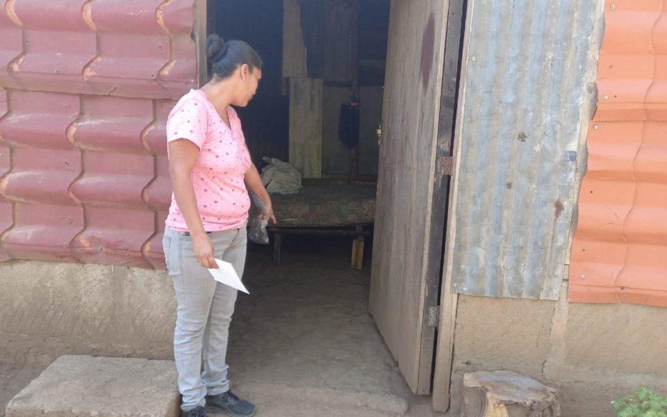 La mujer fue trasladada al Distrito Tres por autoridades policiales. La Costeñísima/ Cortesía La Prensa