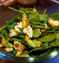Salata keto cu conopida, spanac si telina