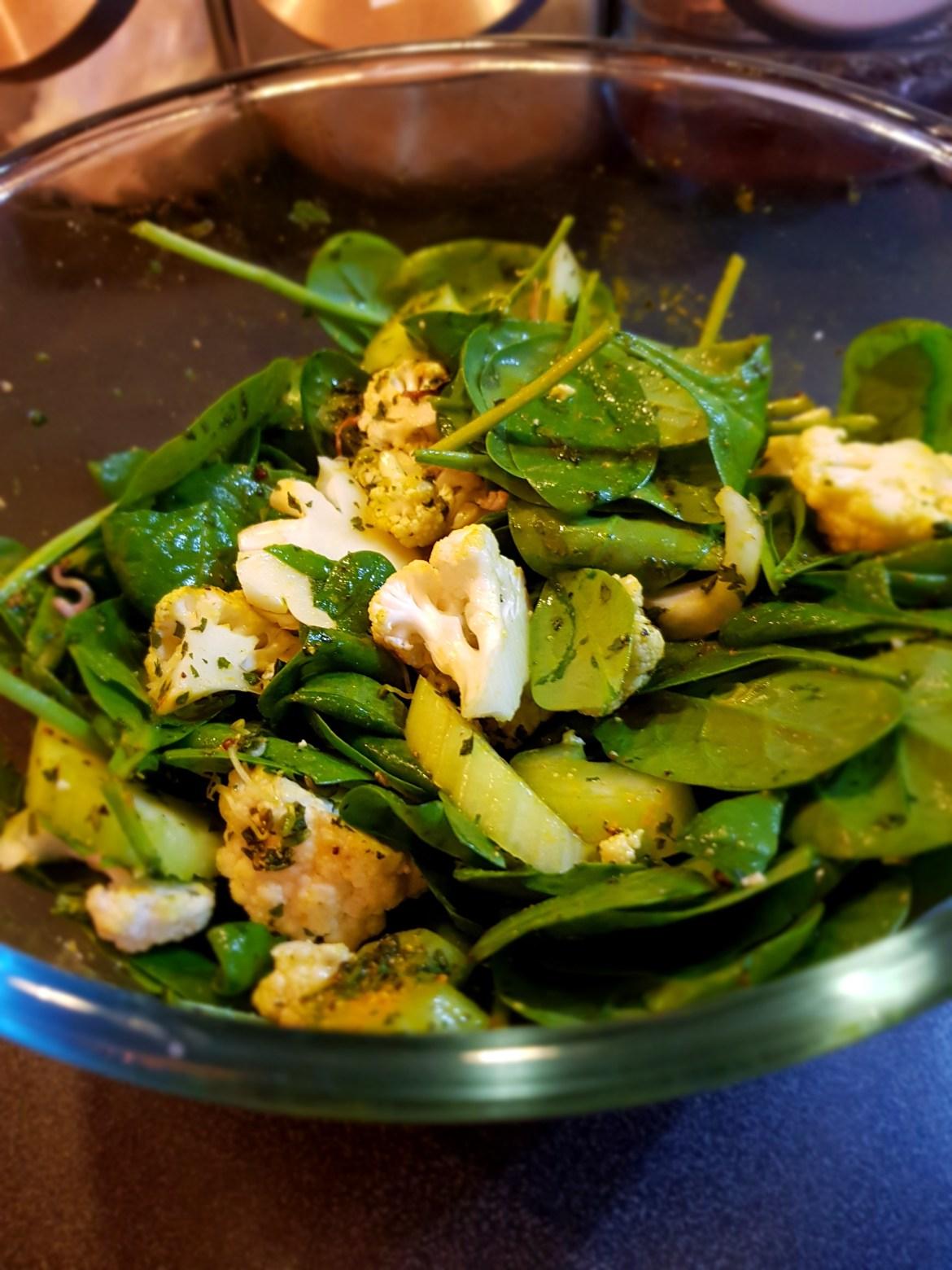 Salată keto cu conopidă,spanac și țelină