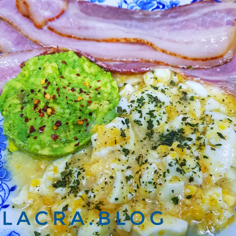 Bacon cu piure de ouă și  avocado