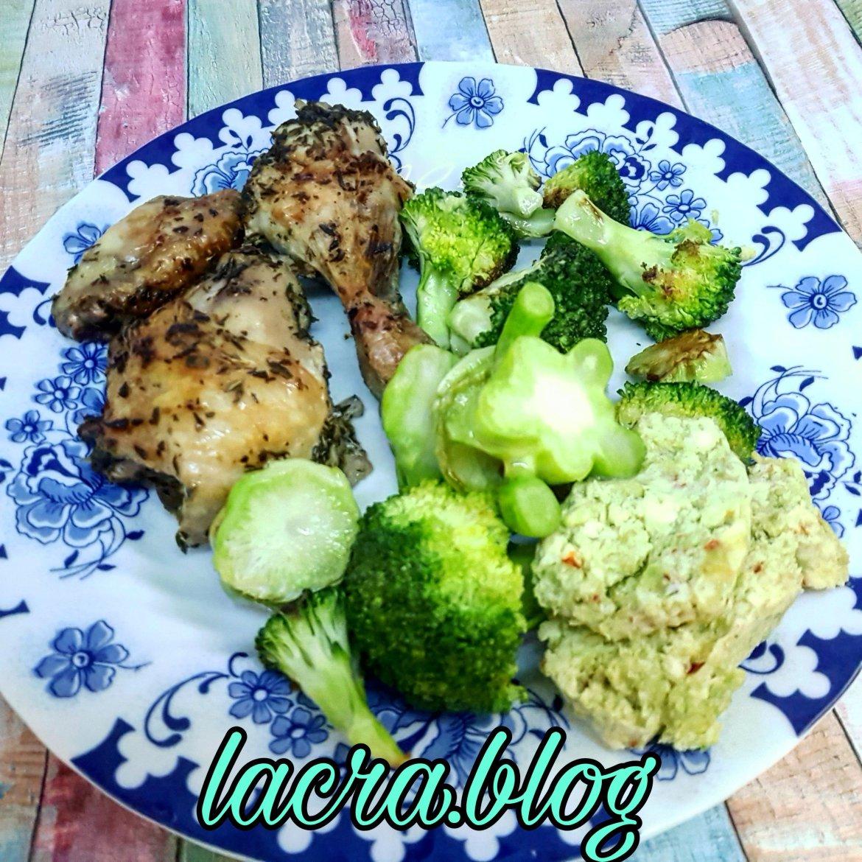 Pui cu ierburi aromatice, broccoli și unt cu avocado