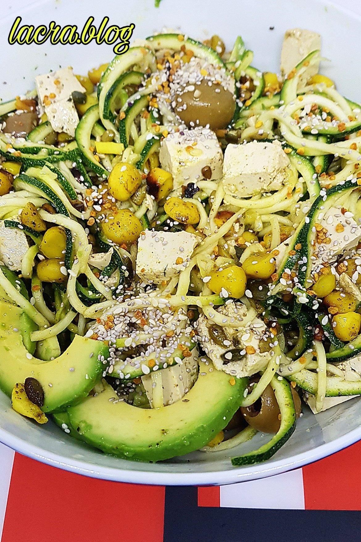 Salată keto mediteraneană cu zoodles
