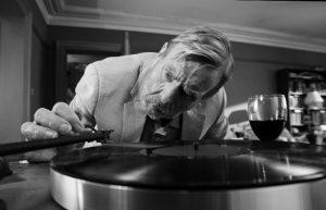 El tocadiscos de Bill (Timothy Spall), omnipresente en THE PARTY