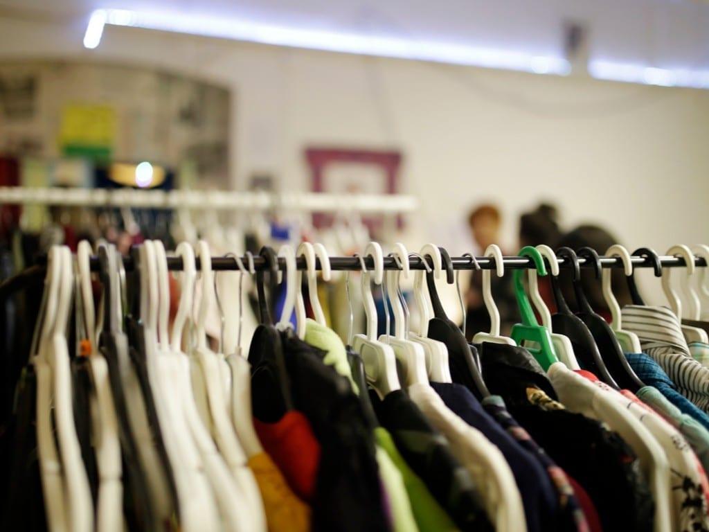 Вешалки с одеждой