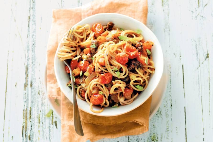 Spaghetti met worst en tomaat