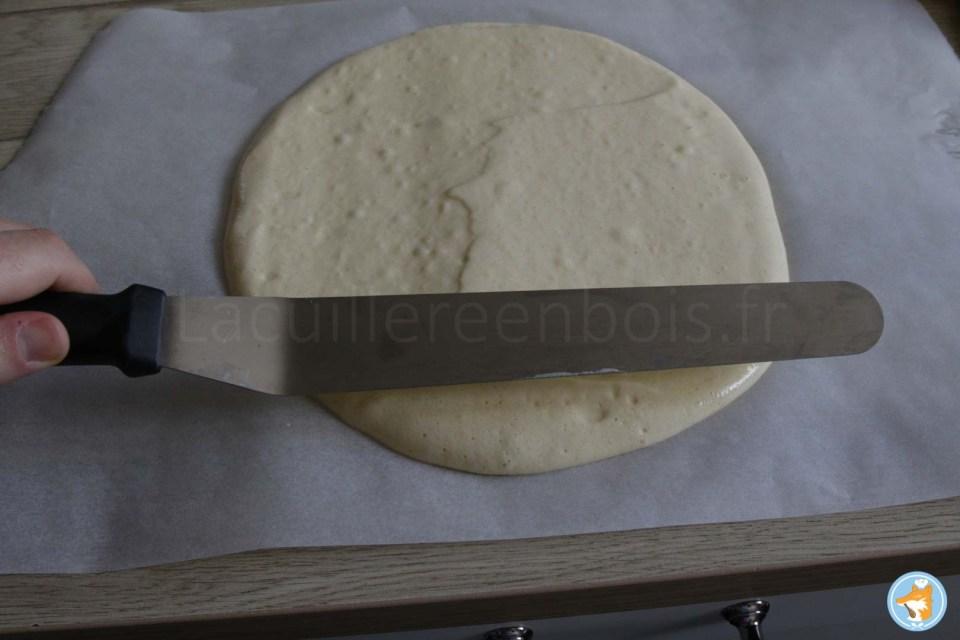 Étalez votre appareil à biscuit sur un papier sulfurisé sur environ 0.5cm d'épaisseur. De cette manière le biscuit sera présent juste comme il faut dans votre recette de fraisier.