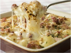 gratin-de-saucisses-et-pommes-de-terre-a-la-mozzarella-fondue