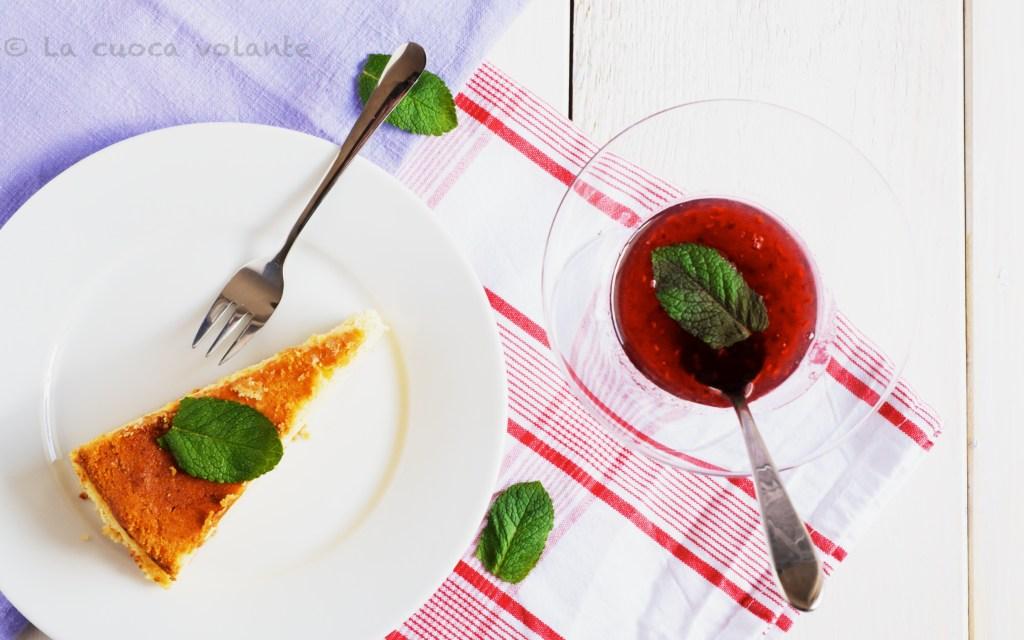 Käsekuche, torta al formaggio o cheesecake alla tedesca con coulis di lamponi e menta