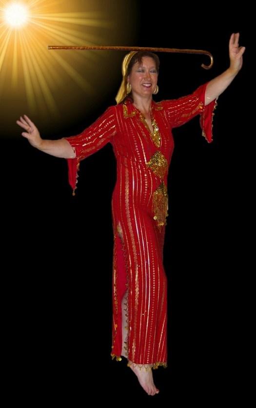 'Corine dansant un saïdi avec une canne'