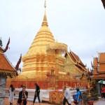 「ワットプラタートドイステープ」金の仏塔が山頂に立ちタイ北部で最も神聖な寺院