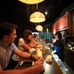 BochiBochi 酒吧日本聚集在靜靜地依偎在僻靜的小巷裡的地區的山的藏身之處欄