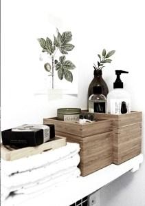 salle de bain boite en bois et produits de beauté noir et blanc