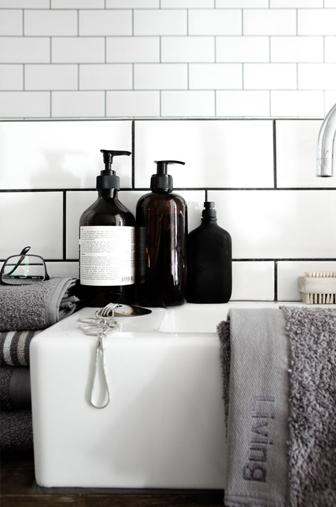 flacons savons dans salle de bain