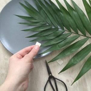 nstaller les scotchs à l'arriere des feuilles pour fixer la plante- diy-assiette murale