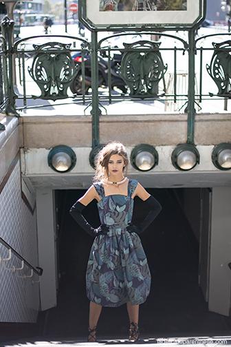 Semaine internationale du papier peint avec Graham & Brown, robe de papier peint dans métro parisien