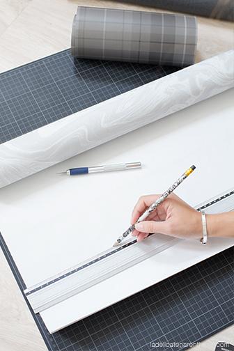 papier peint effet marbre pour le futur porte magazine à suspendre