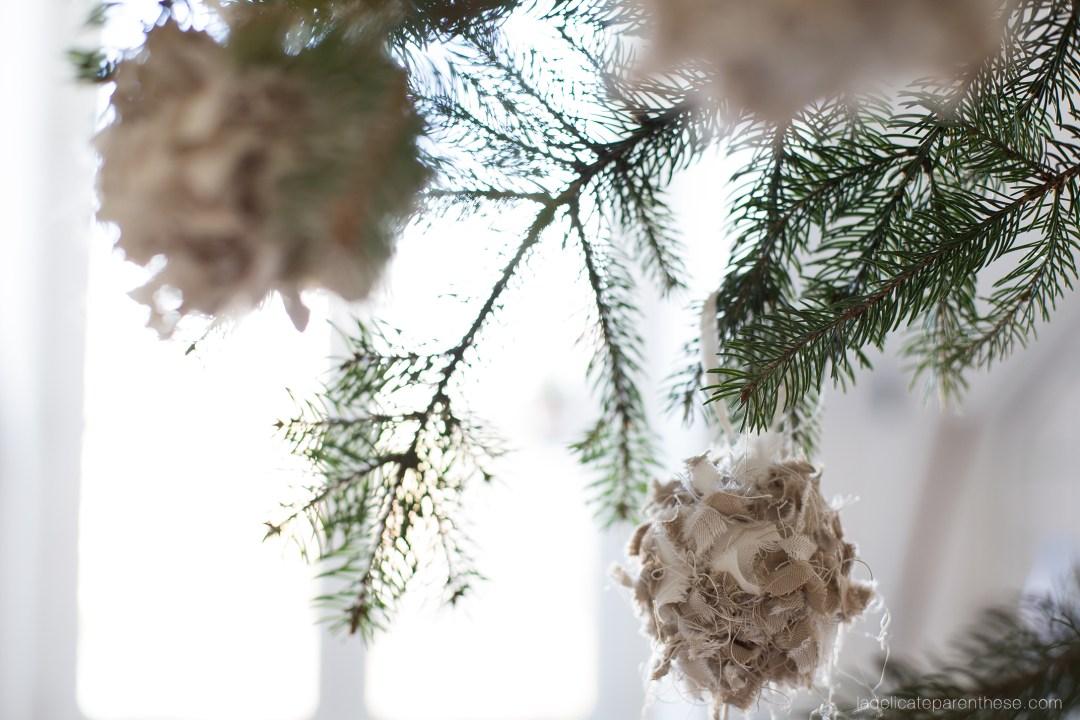Création DIY boule de noel en chute de tissus IKEA
