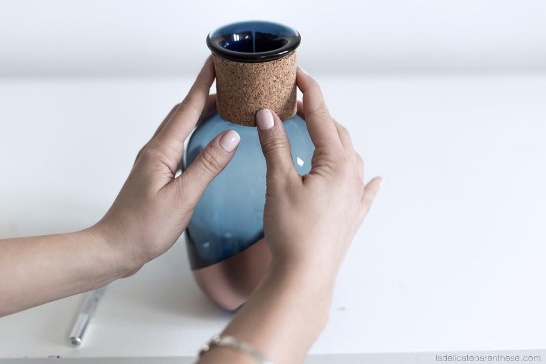 blog DIY , personnalisez des vases de liège et de peinture dorée