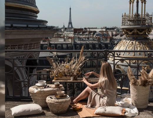Scénographie printemps toits de Paris vue large sur Paris, tour eiffel