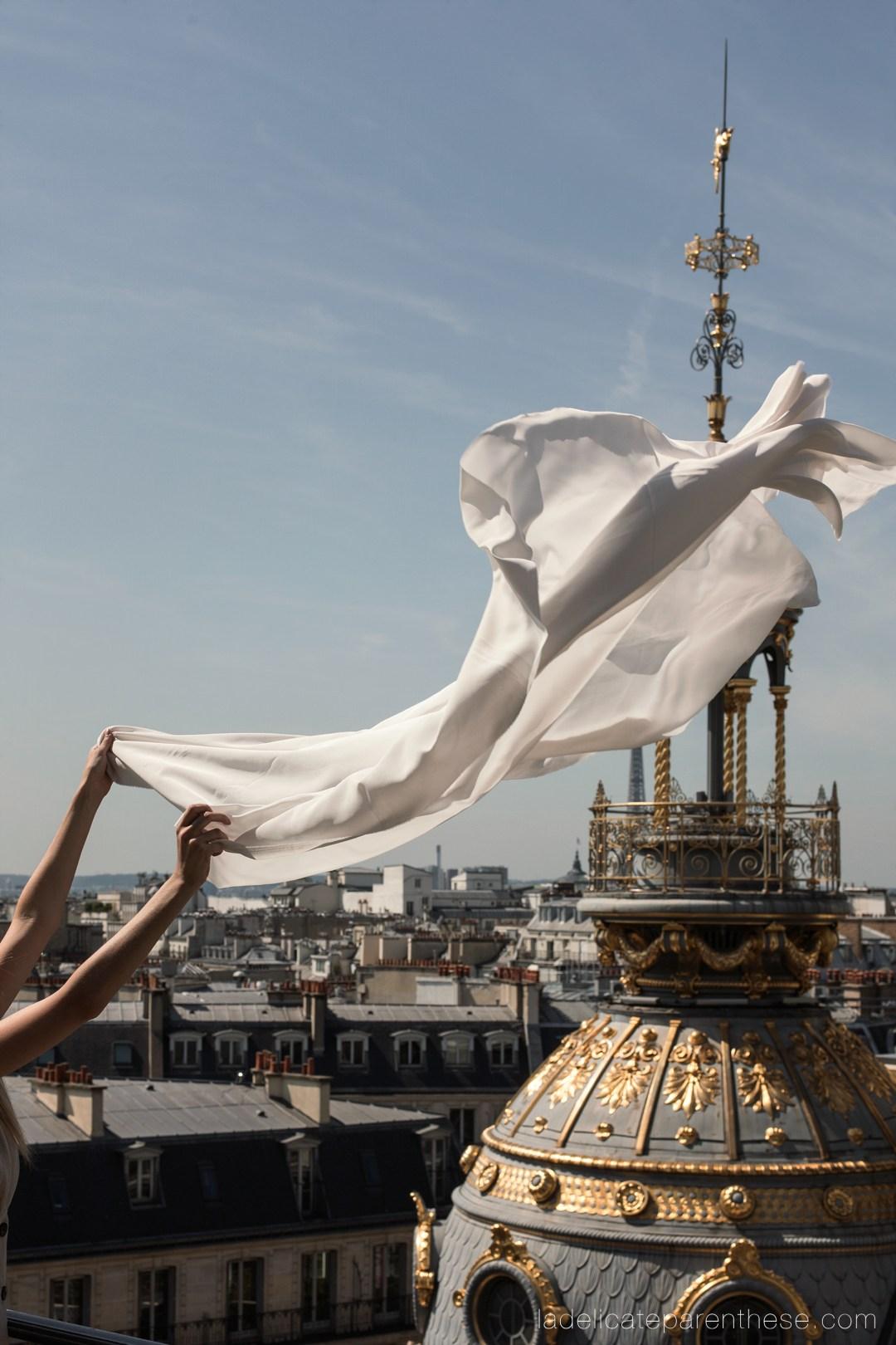 Scénographie printemps toits de Paris drapé aérien