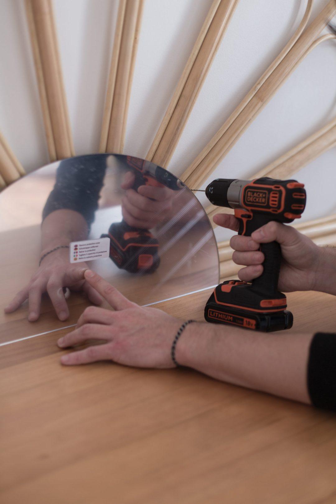 fixation du miroir dans la création de la coiffeuse