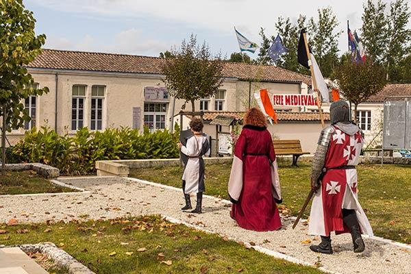 Procession en costume à la sortie de l'église de Mosnac