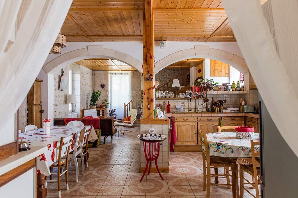 vue sur la cuisine et la salle à manger