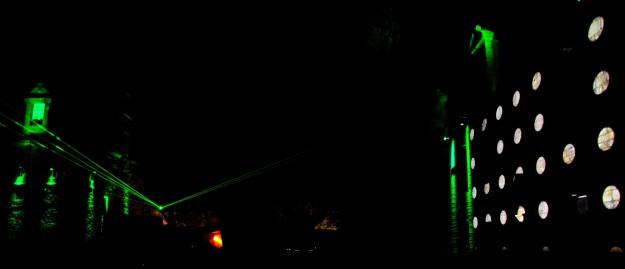 La cour du Manoir de Keroual et son jeu de lumière. Astropolis 2013. Crédits La Déviation