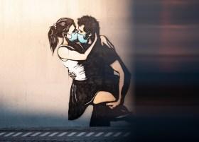 200329 - Un baiser masqué à Bryne en Norvège by Daniel Tafjord licence Unsplash - La Déviation