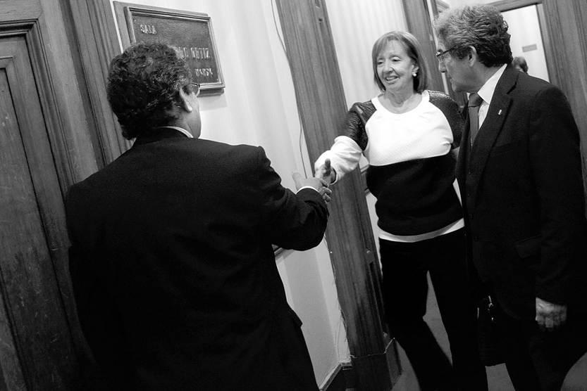 José Carlos Cardozo, senador del Partido Nacional, recibe a María Julia Muñoz, ministra de Educación y Cultura, ayer, en la comisión de Educación del Senado. Foto: Pablo Vignali